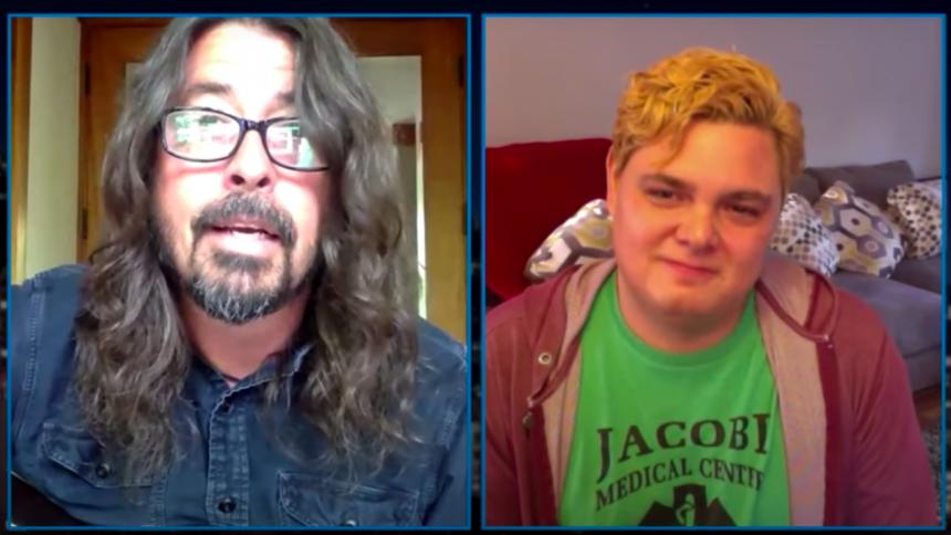 VIDEO: Dave Grohl overrasker COVID-19-sygeplejerske med en sang