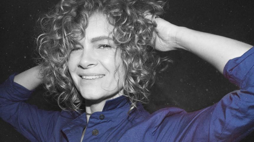 Blue Foundation-stemmen Kirstine Stubbe Teglbjærg tilbage med første nye sang i syv år