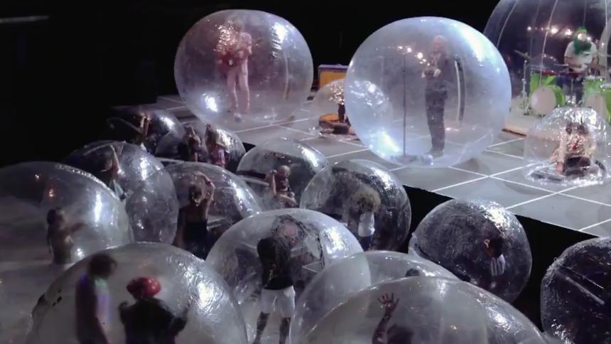 Stor The Flaming Lips-koncert med publikum i bobler – se video