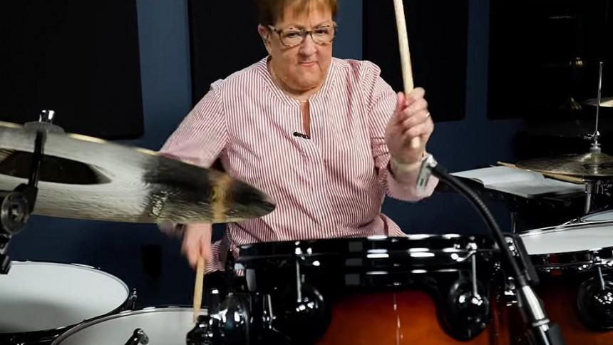 Se bedstemor rocke coverversioner af Disturbed og Slipknot