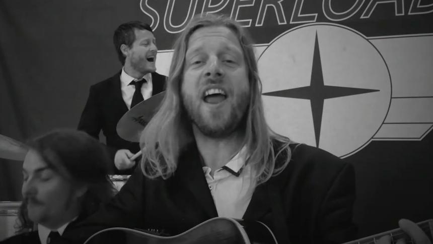 PREMIERE: Superloader hylder Beatles og Bowie i stilfuld video