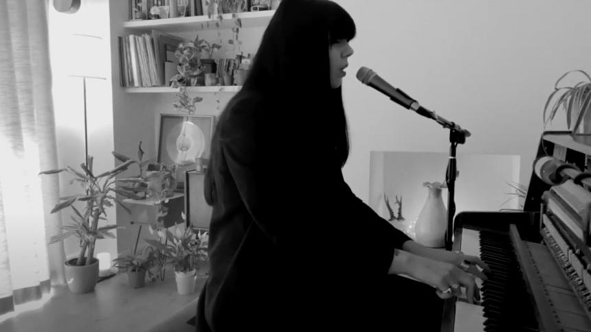 VIDEO: Koncertaktuelle A.A. Williams giver smuk klaver-version af Cure-klassiker