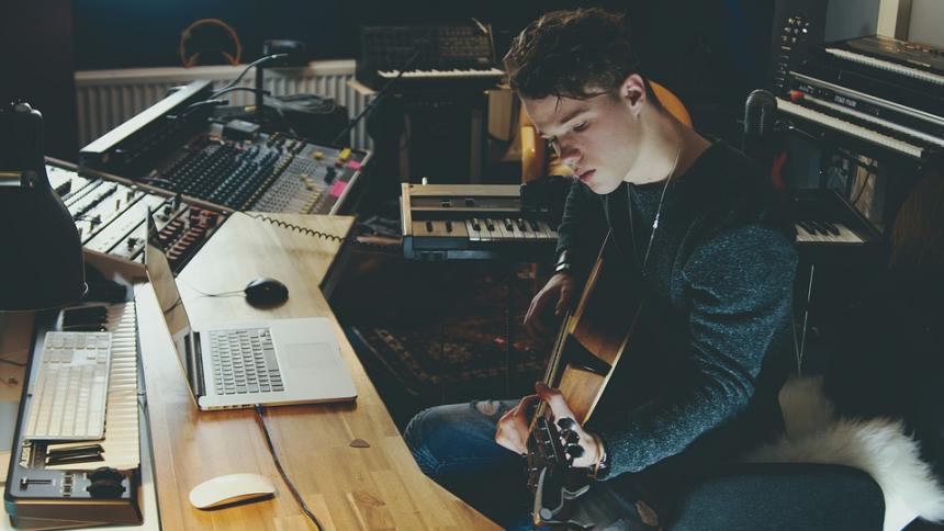 FORSKER: Streamingtjenester ensretter musik – og det går ud over nye musikere