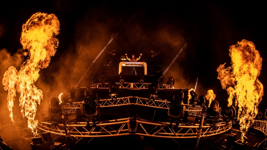 VIDEO: Martin Jensen holdt Danmarks største streaming-koncert i 35 meters højde