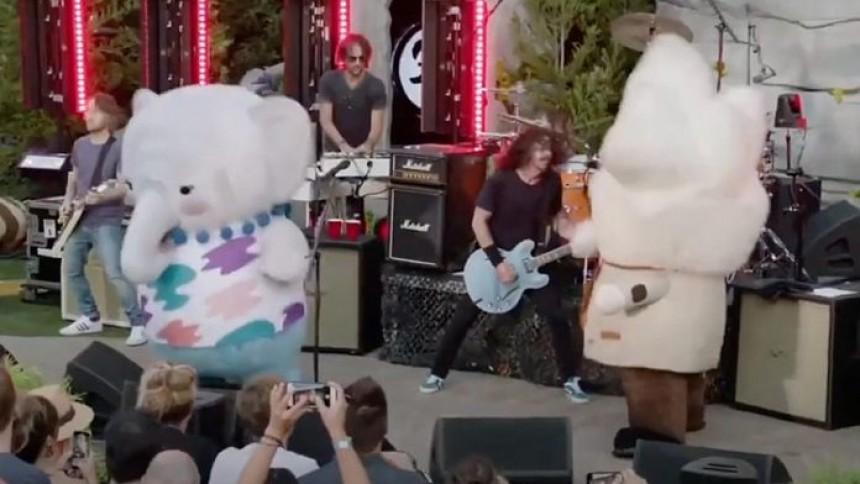 Sjov video: Foo Fighters optræder med vilde maskotter